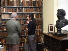 The director showing a visitor around the Lima Library